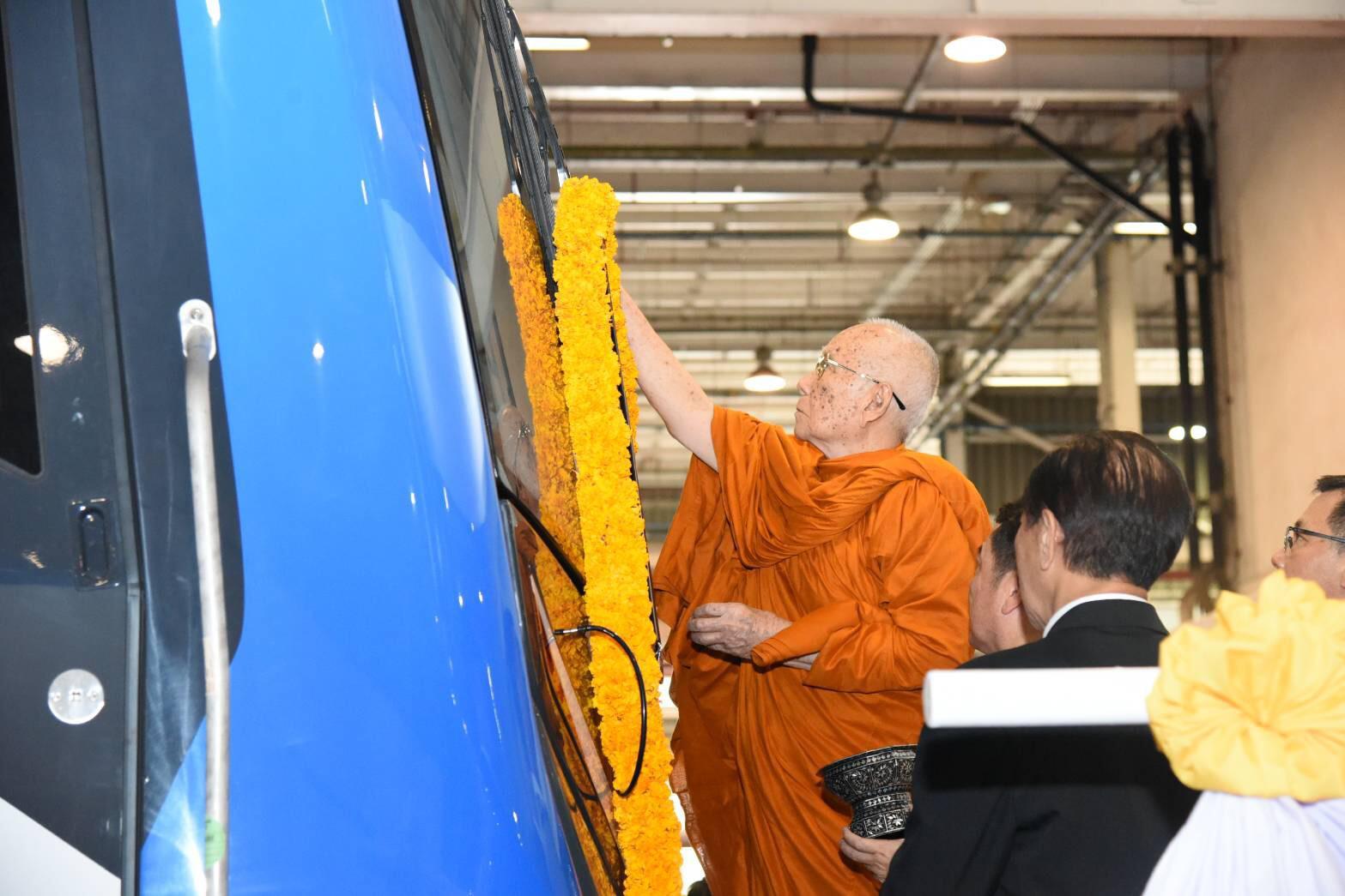 สมเด็จพระสังฆราช ทรงเจิมรถไฟฟ้าสายสีน้ำเงินขบวนใหม่