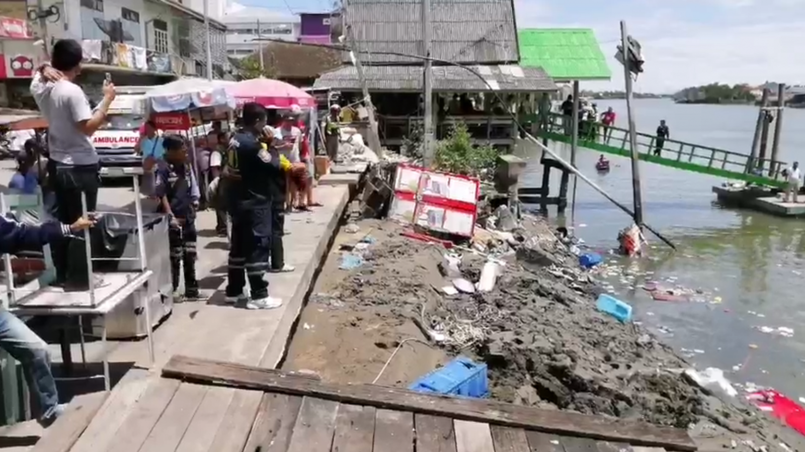 ศาลาริมน้ำ พังถล่มจมแม่น้ำแม่กลอง เจ็บหลายสิบ จนท.เร่งค้นหาผู้สูญหาย