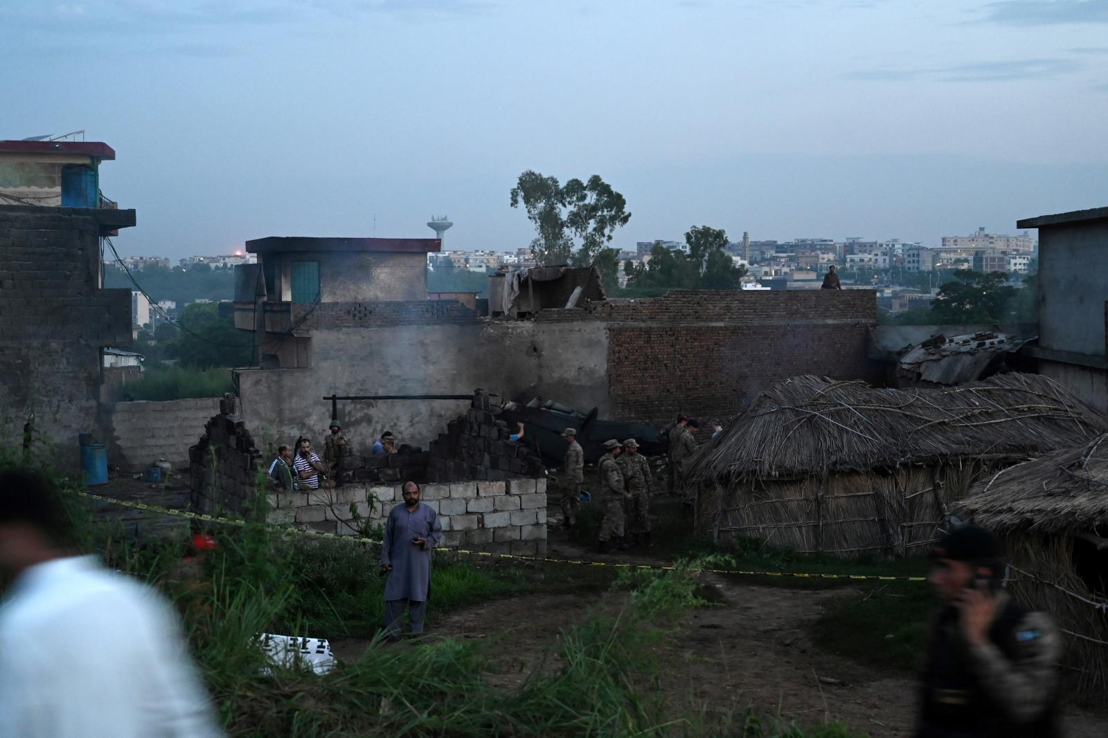 เครื่องบินทหาร ปากีสถาน ตกในเขตชุมชน  ตาย 17 พลเรือนเจ็บ 12  ราย