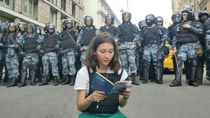 สาวน้อยใจกล้าชาวรัสเซีย  นั่งอ่านรัฐธรรมนูญให้หน่วยปราบจลาจลฟัง