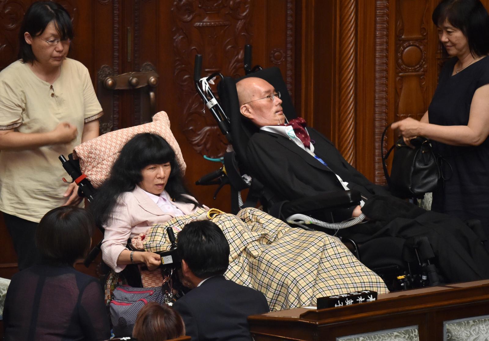 วุฒิสภาญี่ปุ่นต้อนรับสมาชิกใหม่เป็นผู้พิการอัมพาต