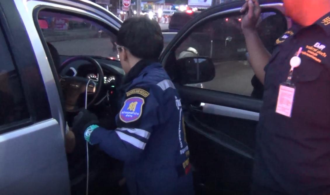 ง่วงไม่ขับ! หลับคาไฟแดง กู้ภัย เขย่ารถนาน 5 นาทีไม่ตื่น ต้องงัดประตูปลุกคนขับ
