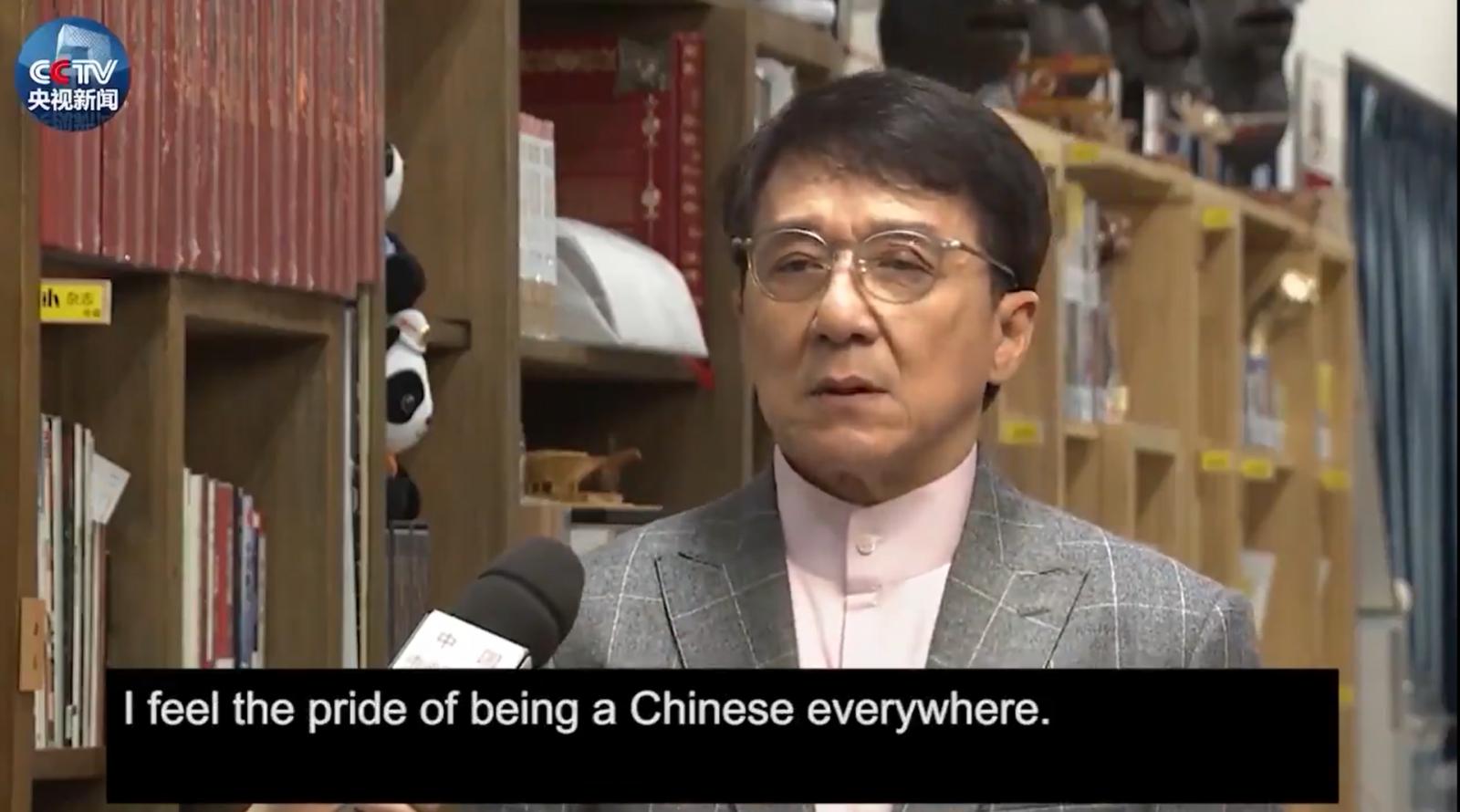 """ม็อบฮ่องกง ลาม """"เฉินหลง"""" ประกาศเป็นผู้พิทักษ์ธงชาติจีน"""