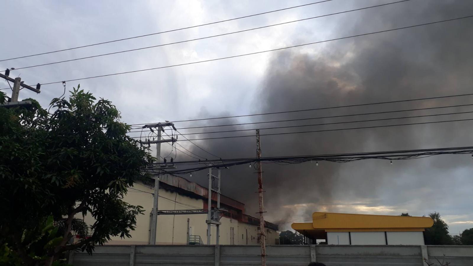 ไฟไหม้โรงงานขนมไทยชื่อดัง เสียหายหลายล้าน ตร.คาดไฟฟ้าลัดวงจร