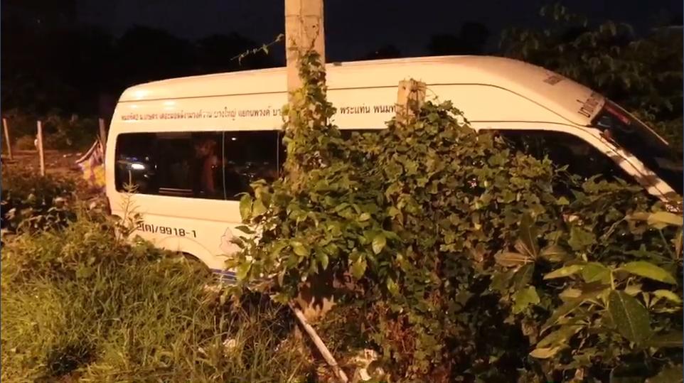 รถตู้กรุงเทพ-กาญฯ เสียหลักชนเสาไฟฟ้า คนขับเสียชีวิตคาที่