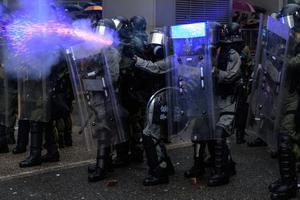 ตำรวจฮ่องกงใช้ปืนจริงยิงขู่ม็อบ