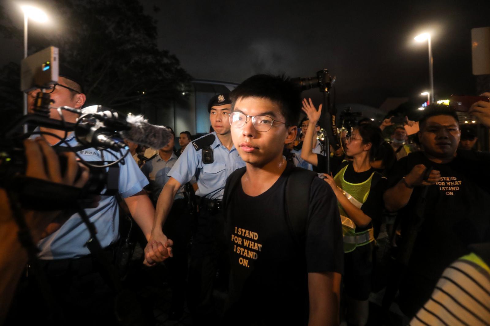 """""""โจชัว หว่อง"""" นักเคลื่อนไหวเรียกร้องประชาธิปไตยฮ่องกงถูกตร.จับ"""