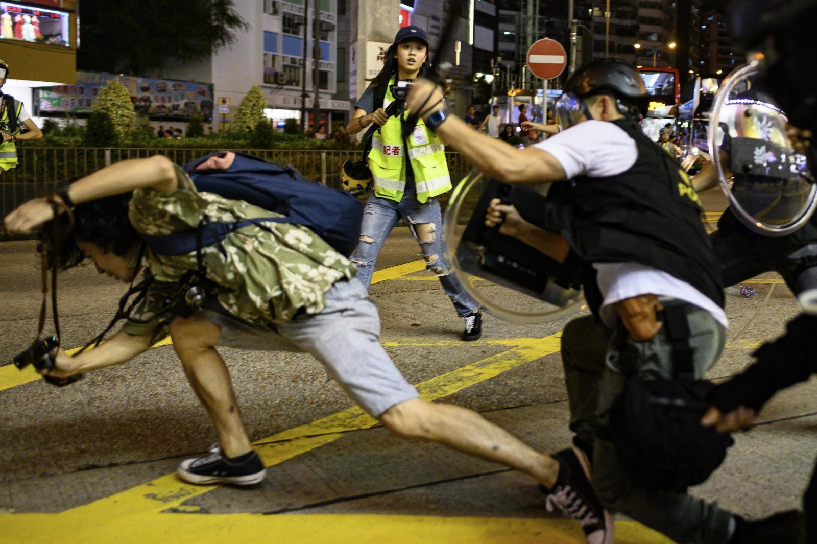 เดือด! ม็อบฮ่องกงปะทะตำรวจ หลังชัตดาวน์สนามบินไม่สำเร็จ