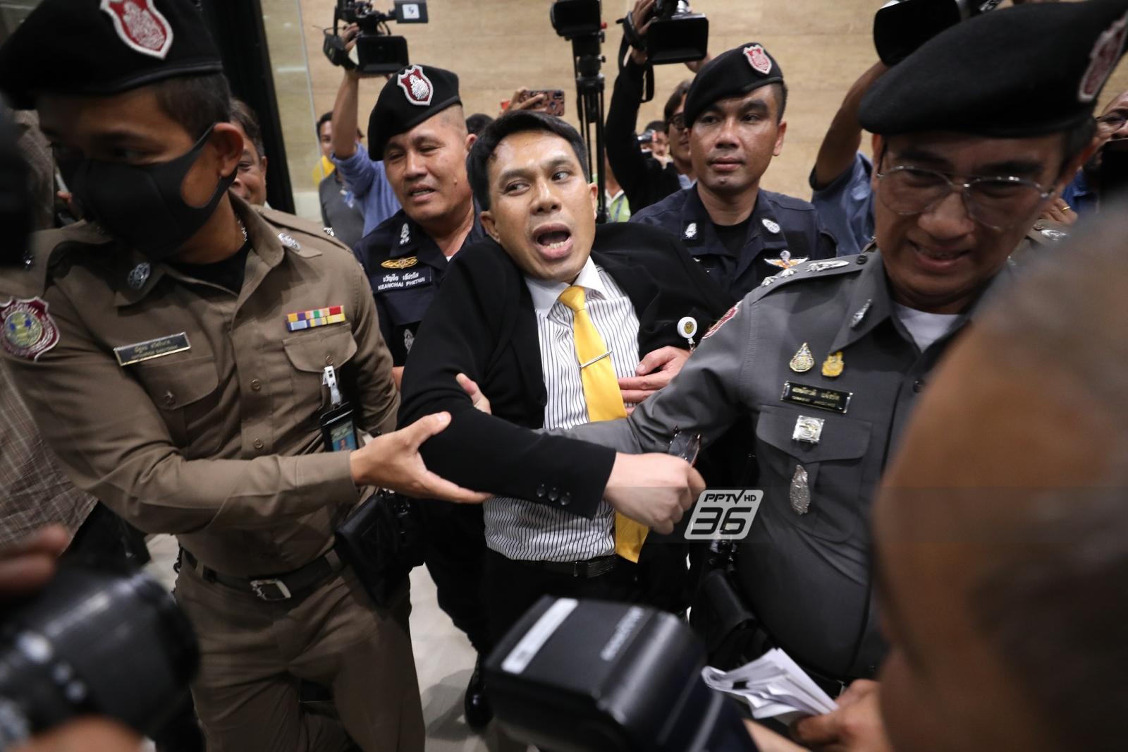ชุลมุน!! เด็ก พปชร.ถูกเชิญออกนอกสภาฯ หลังเข้ามาแถลงโดยไม่ได้รับอนุญาต
