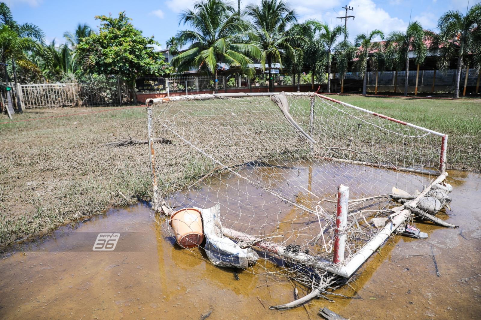 นร.เร่งทำความสะอาด รร.บ้านท่าเมือง จ.อุบลฯ หลังน้ำลดสู่ภาวะปกติ