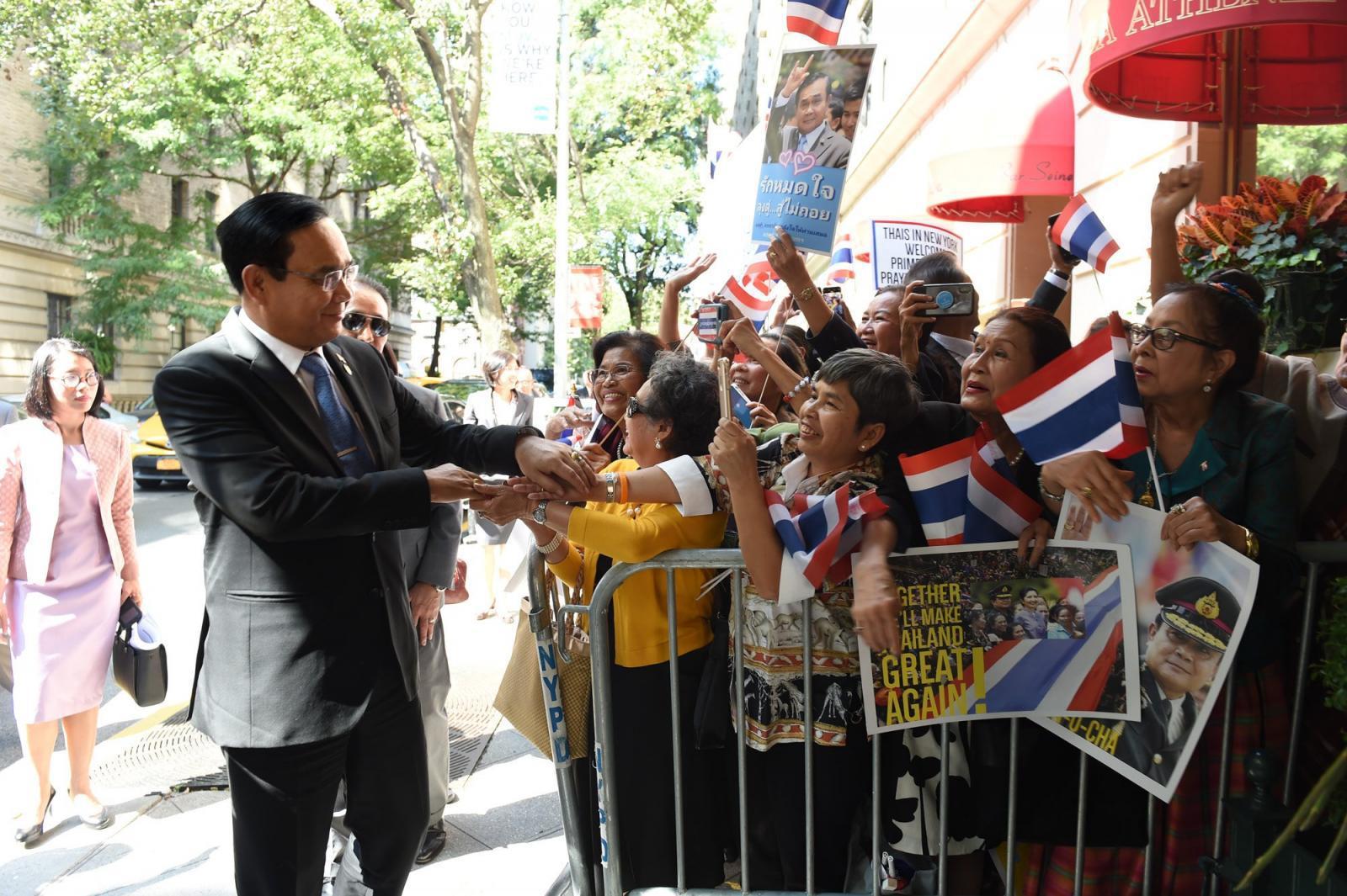 นายกฯ  ถึงนิวยอร์ค คนไทยดีใจแห่ต้อนรับ