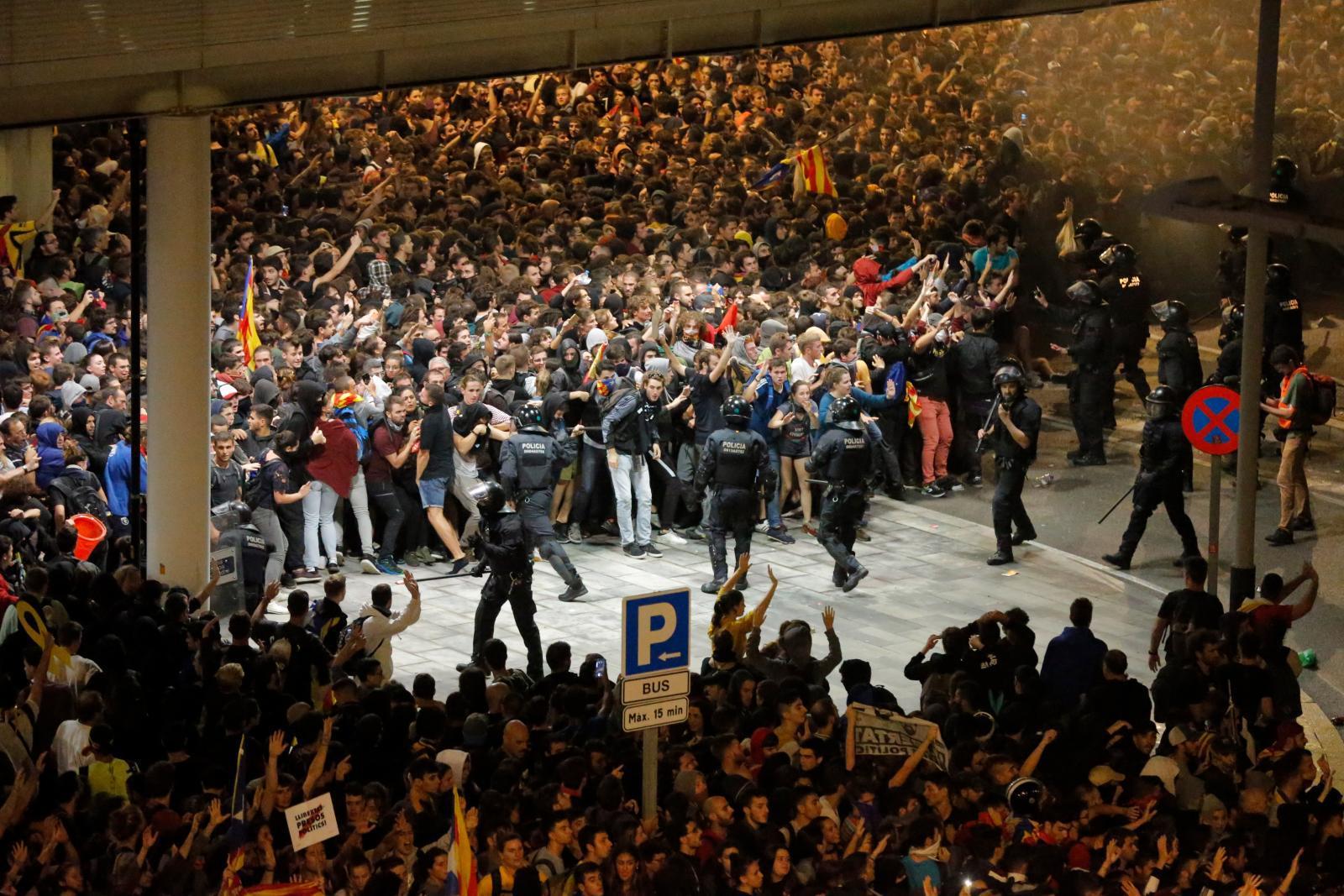 ชาวกาตาลุญญาประท้วงเดือด ศาลสเปนจำคุก 9 แกนนำเรียกร้องเอกราช