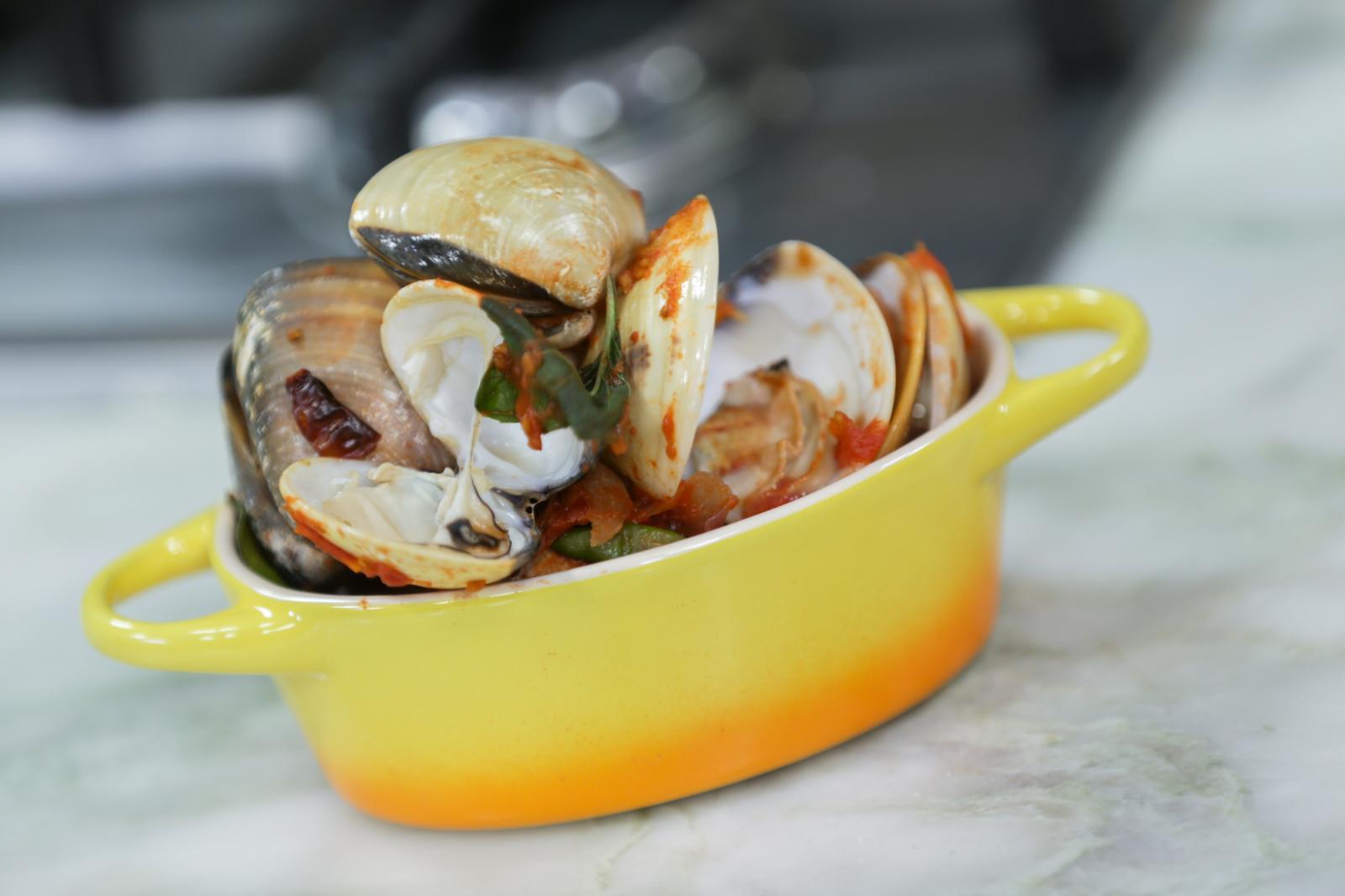 หอยตลับต้มยำมะเขือเทศ by: จิ้งหรีดขาว วงศ์เทวัญ