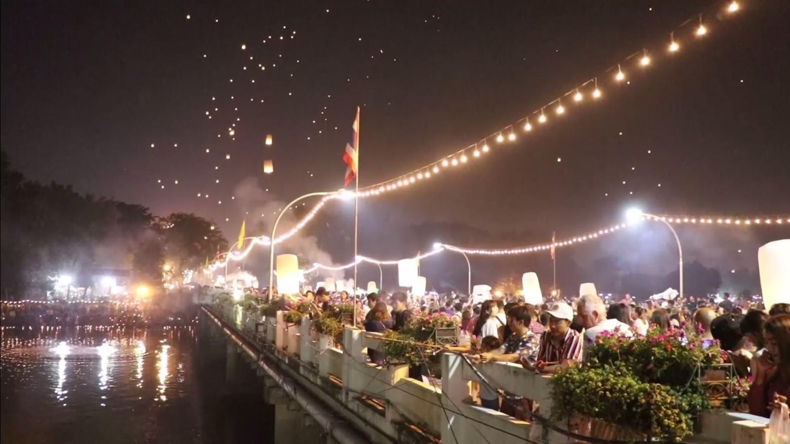 ไม่สนคำสั่งห้าม! นักท่องเที่ยวปิดสะพานนวรัฐ ปล่อยโคมลอยนับหมื่นลูก เต็มท้องฟ้าเชียงใหม่