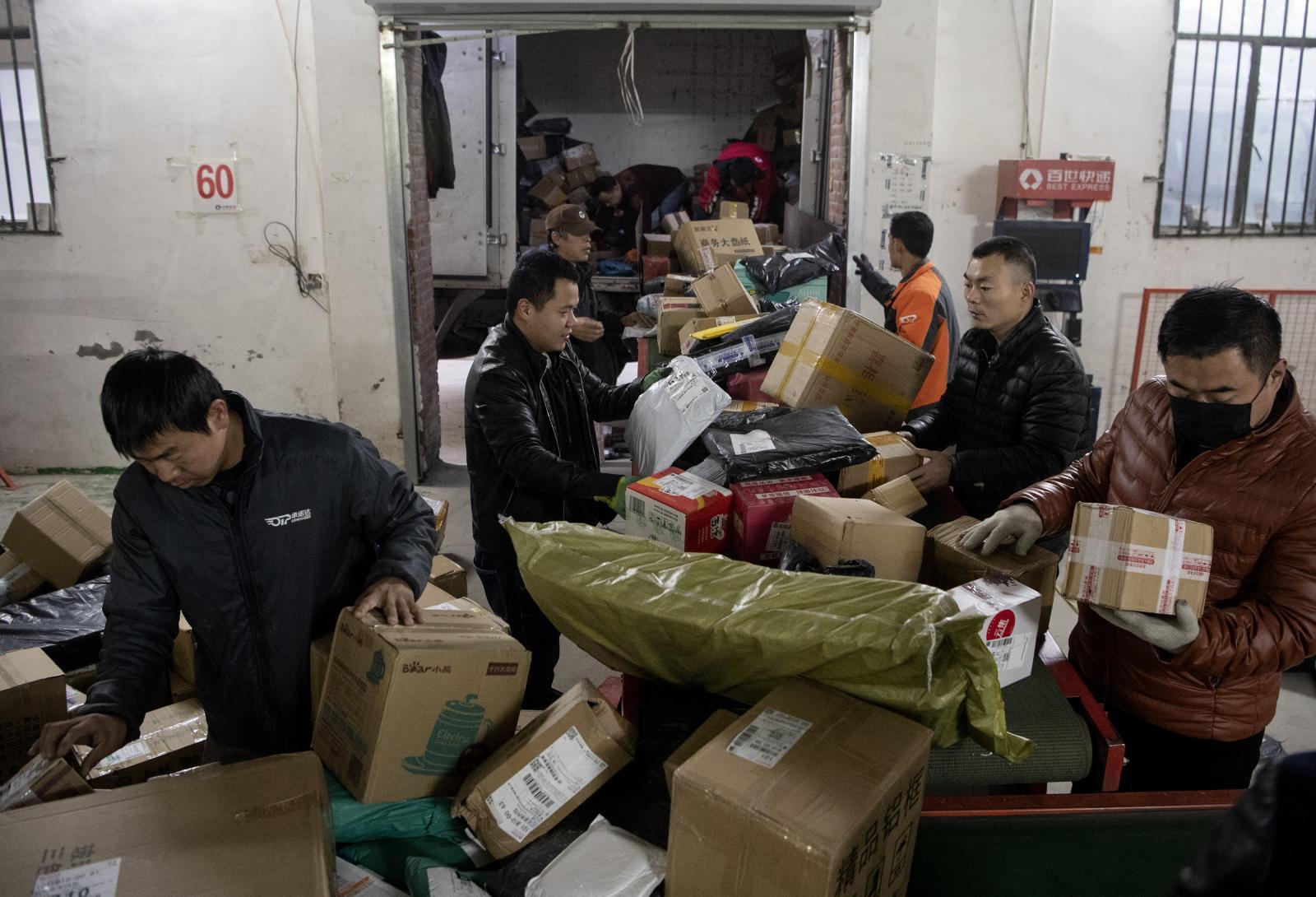 """""""อาลีบาบา""""  ทยอยส่งพัสดุจำนวนมหาศาลหลังทำยอดขายถล่มทลายวันคนโสด"""