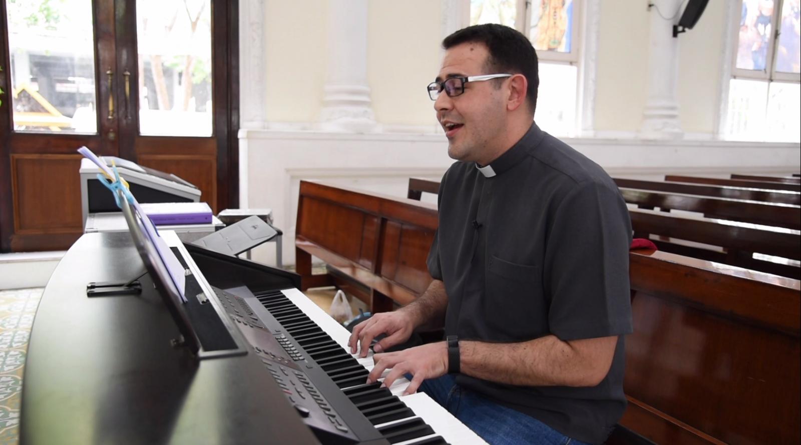 """บาทหลวงมิชชันนารีชาวโคลอมเบีย แปลเพลงรับเสด็จ """"โป๊ปฟรังซิส"""" ทางการ สู่ภาษาที่พระสันตะปาปาเข้าใจ"""