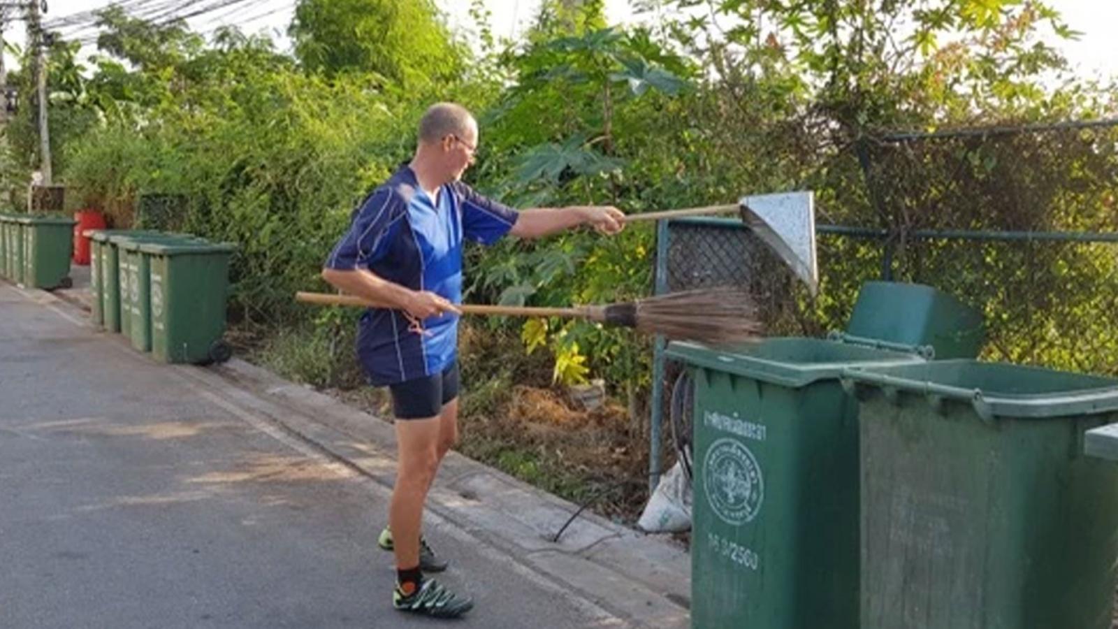 ชื่นชม! ชายต่างชาติ อาสาเก็บขยะ อยากให้ชุมชนสะอาด-สวยงาม
