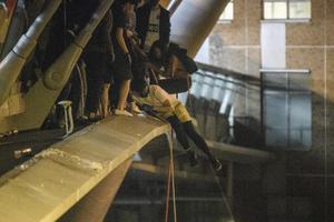 ม็อบฮ่องกงโรยตัวจากสะพานลอย หนีออกนอกมหาวิทยาลัย