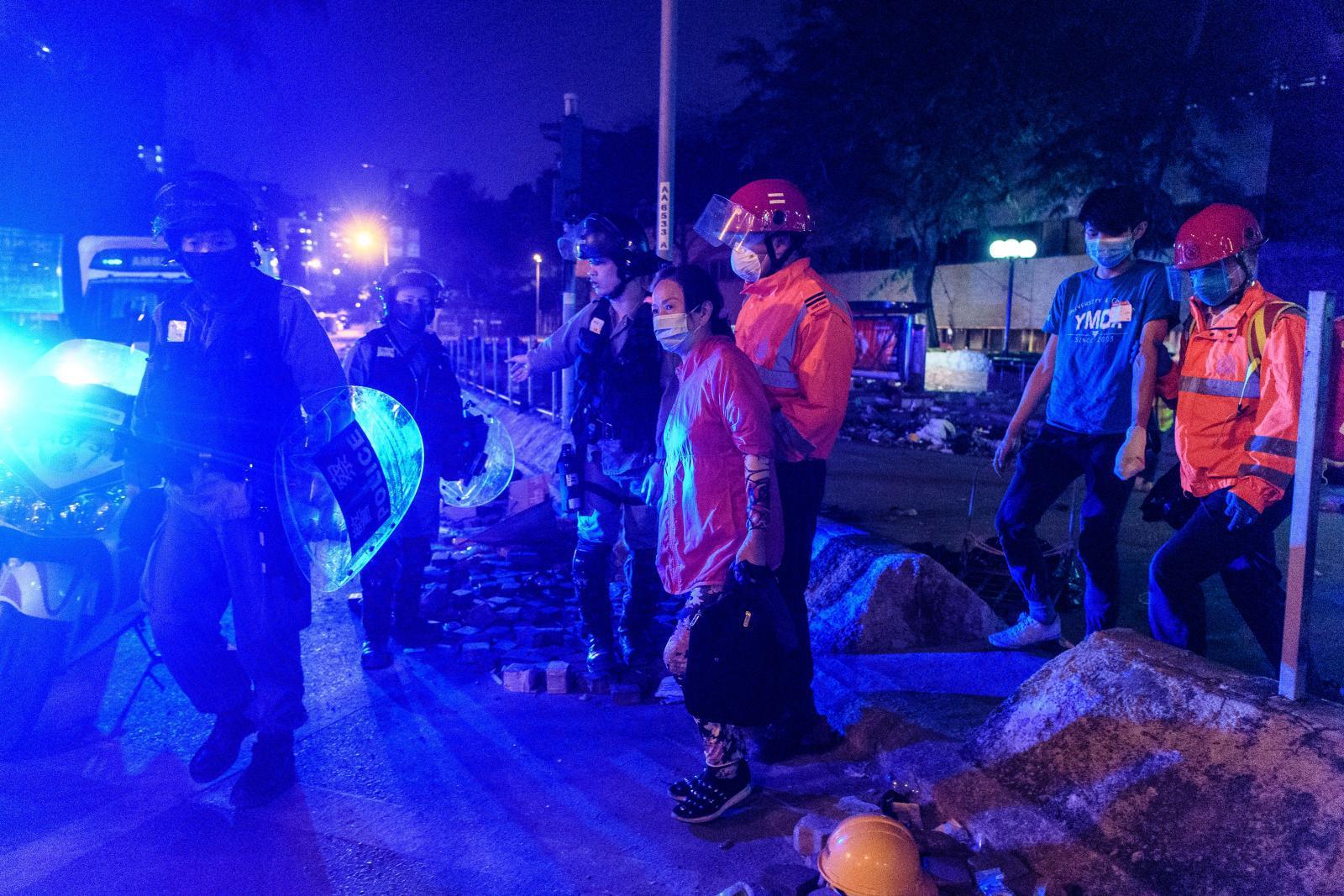 ม็อบฮ่องกงยังไร้ทางหนี แม้เสี่ยงตายมุดท่อฝ่าวงล้อมตำรวจ