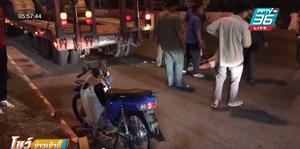 2 หนุ่ม ขี่จยย.เล่นโทรศัพท์ชนท้ายรถบรรทุกจอดริมถนน เจ็บทั้งคู่