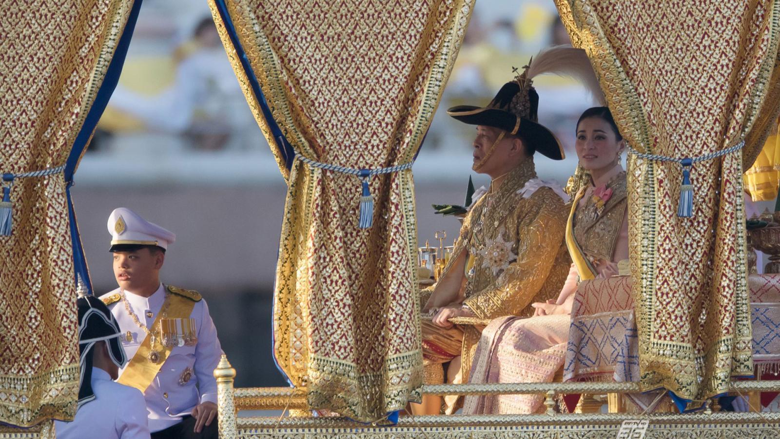 """ปีติ """"ในหลวง-ราชินี""""เสด็จฯเลียบพระนครฯ ยิ่งใหญ่ สมพระเกียรติ"""