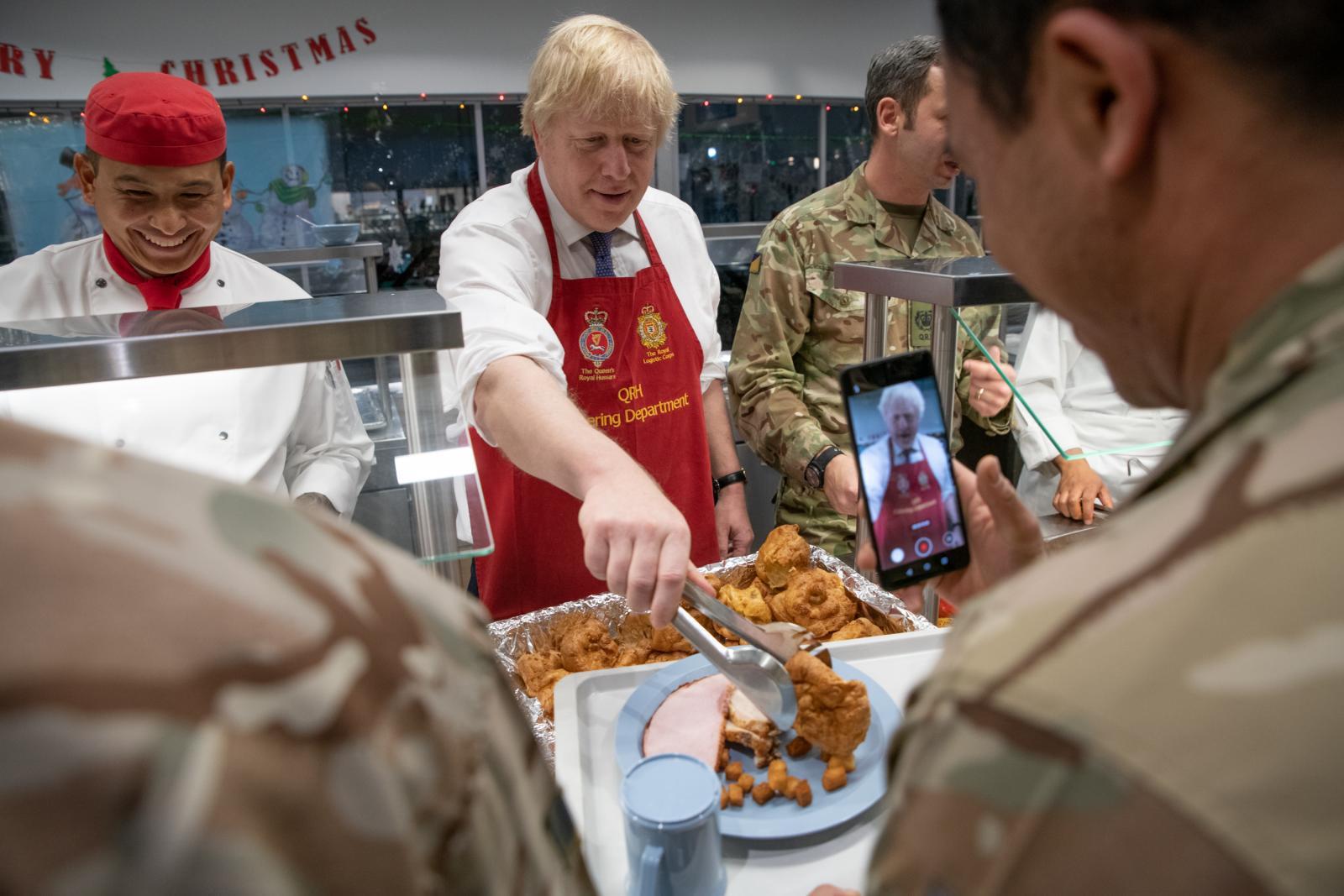 นายกฯอังกฤษ เยี่ยมกองทัพในเอสโตเนีย โชว์ตักอาหาร-ร่วมเซลฟี่ รับคริสต์มาส