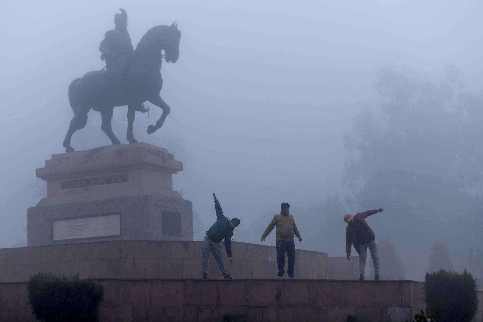 อินเดียอุณหภูมิลดฮวบทุบสถิติ-หมอกหนาทึบกระทบจราจร