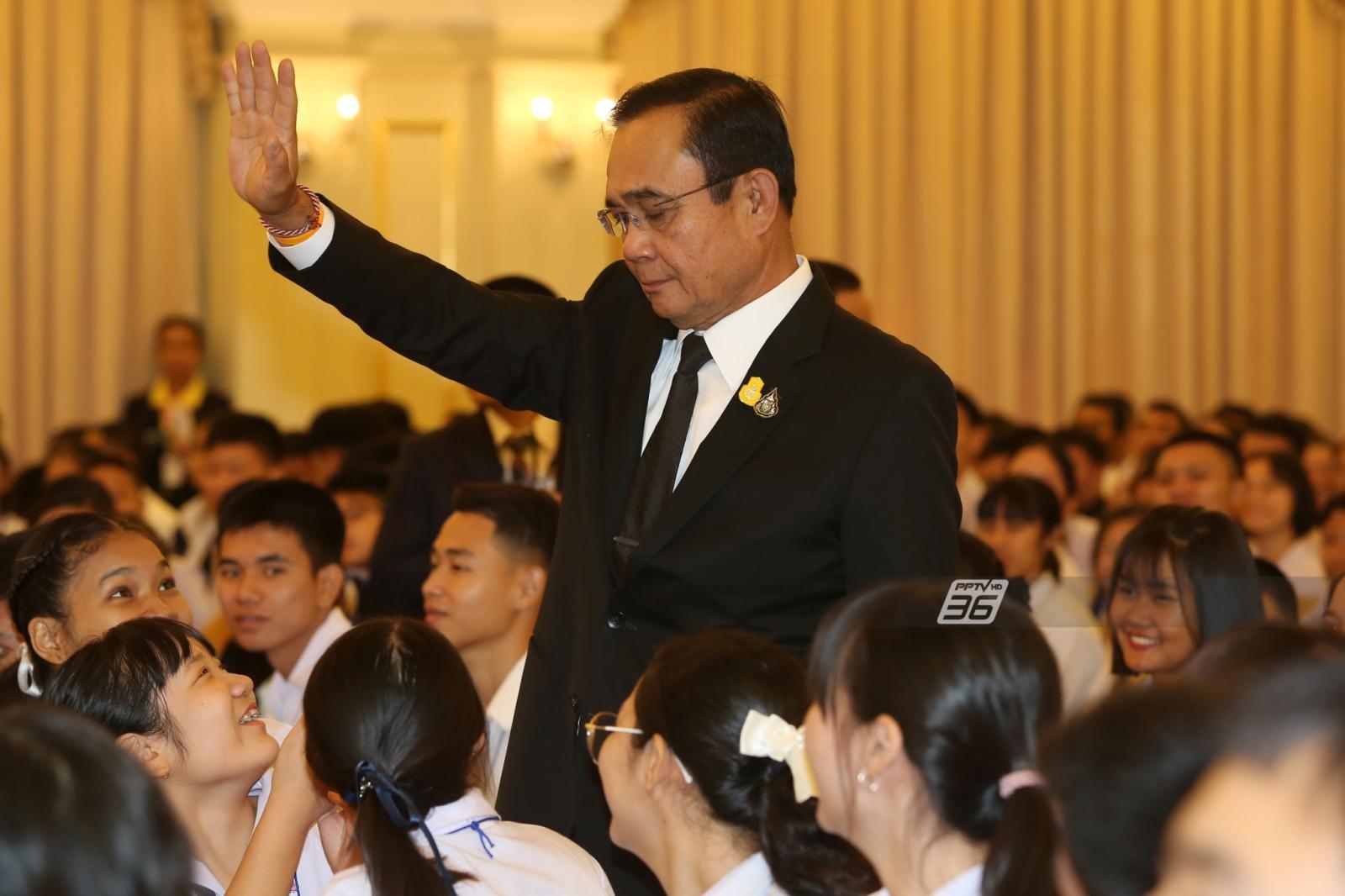 นายกฯ ขอเด็กไทยสำนึกรักชาติบ้านเมือง รู้หน้าที่ อย่าคิดเพียงแต่สิทธิเสรีภาพ