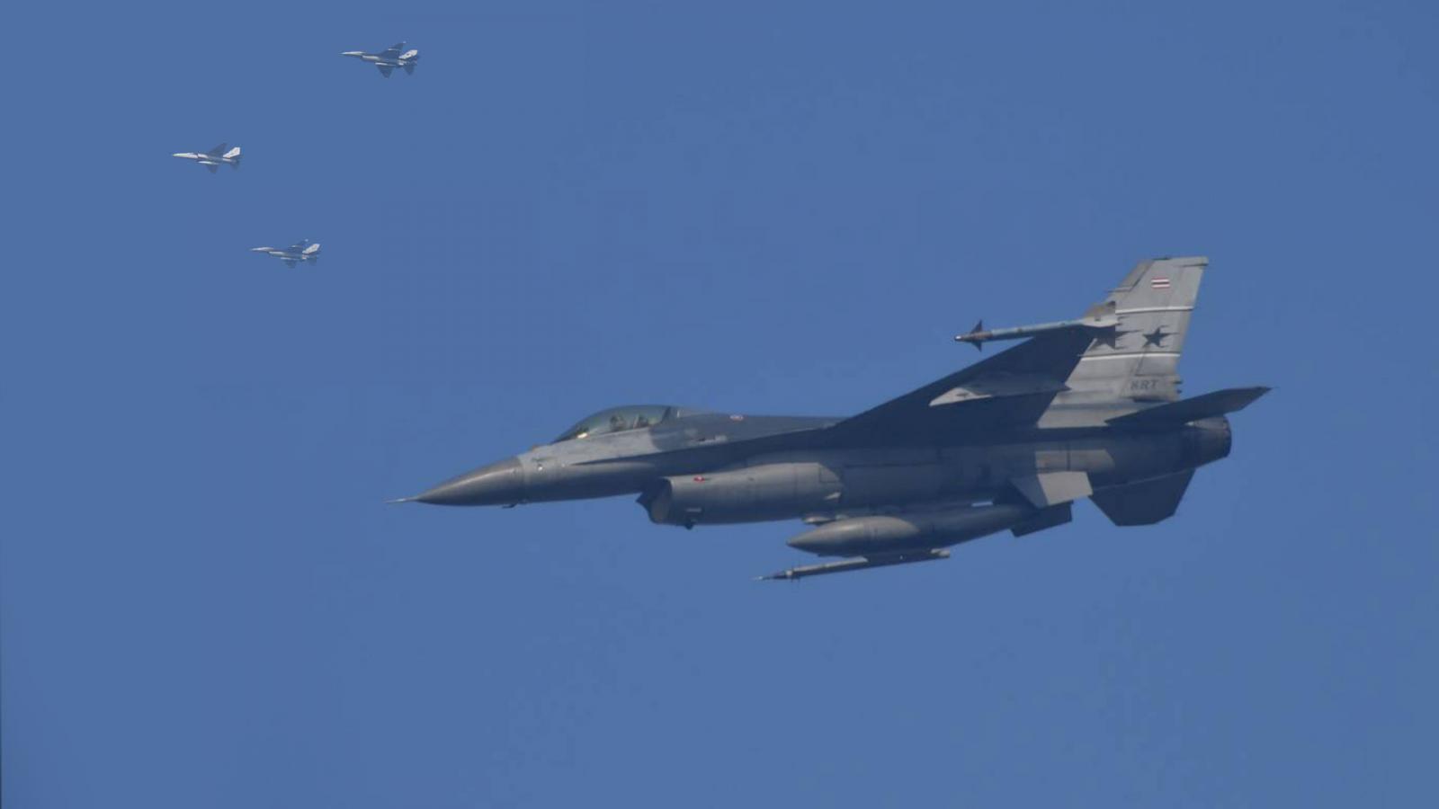 """ทอ.นำเครื่องบินรบ """"F16- Gripen"""" ซ้อมโชว์งานวันเด็กปี 63"""