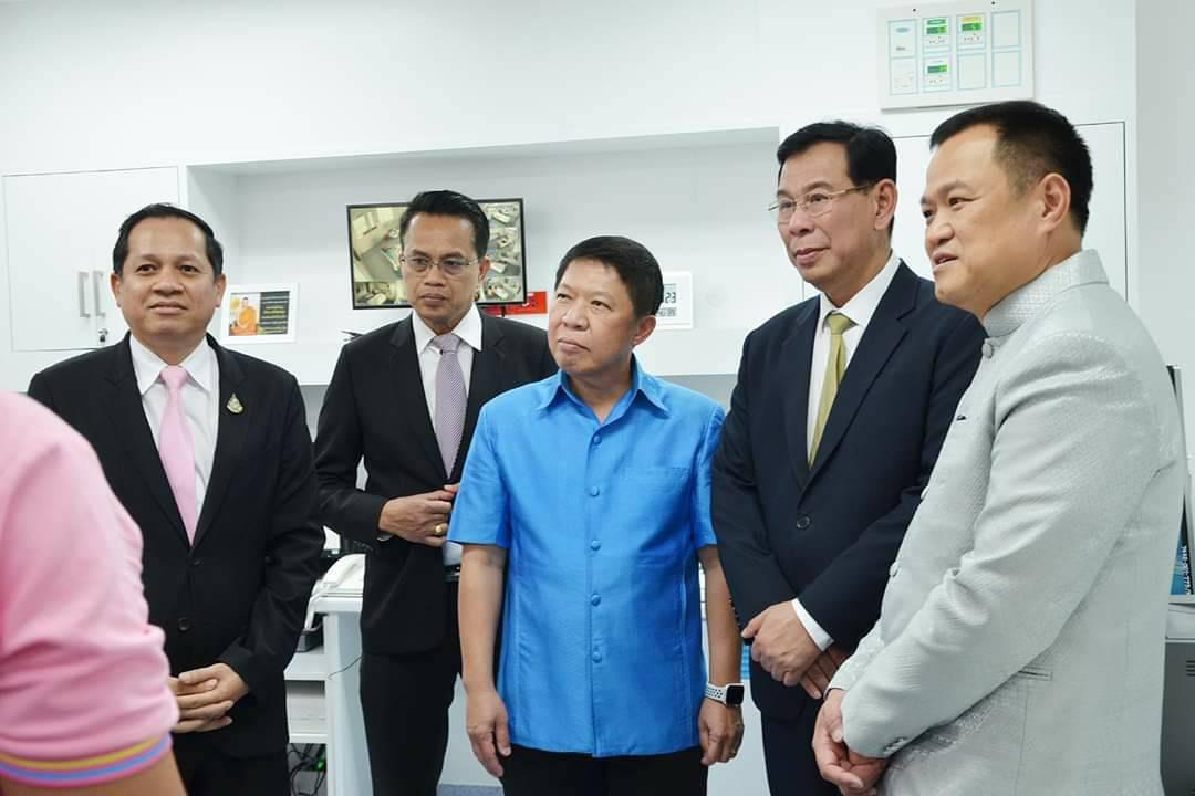 """""""อนุทิน"""" เข้าเยี่ยมผู้ป่วยจีนป่วยโคโรนาไวรัสพบครั้งแรกในไทย อาการดีขึ้น!!"""