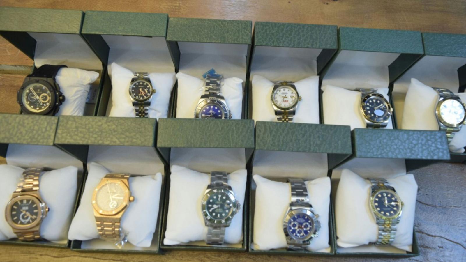 รวบหนุ่มอังกฤษลอบขายนาฬิกาเก๊ก็อปปี้แบรนด์ดัง สารภาพรับมา 500 บาทขายต่อ 12,000 บาท