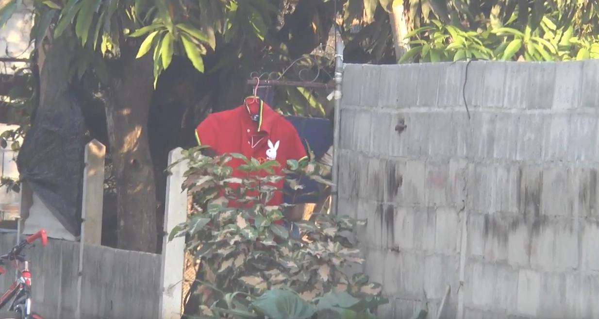 ชาวบ้านผวาผีแม่ม่ายคร่าชีวิต แห่แขวนเสื้อแดงไว้หน้าบ้าน