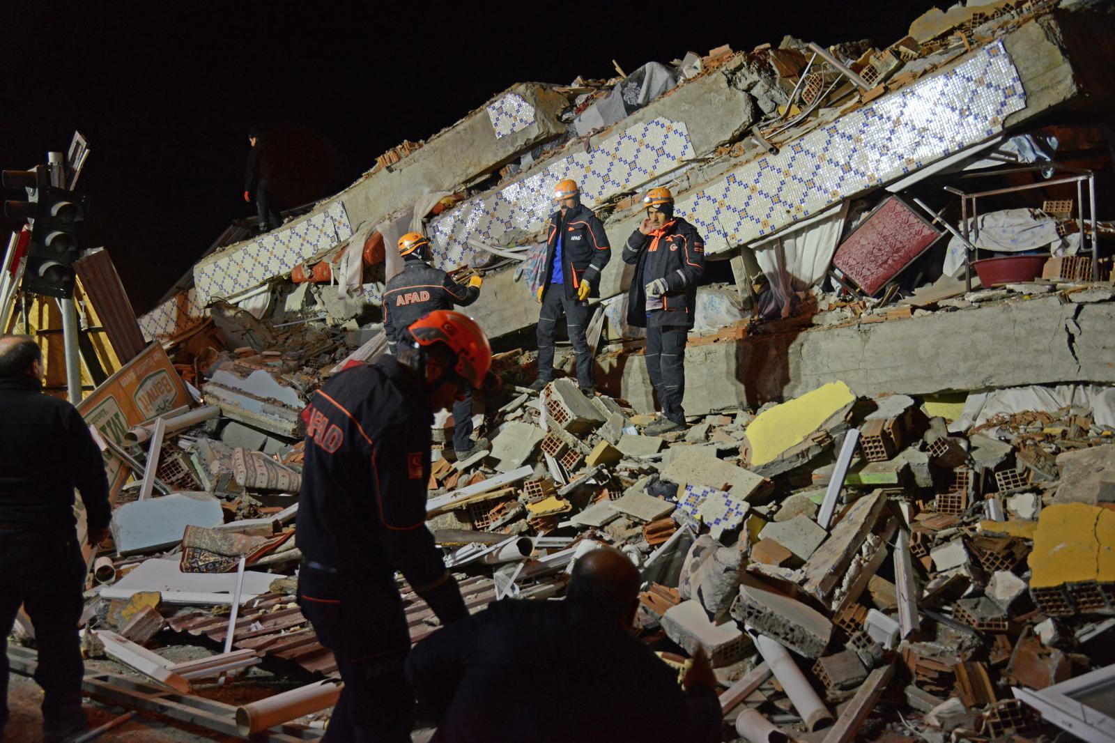 แผ่นดินไหว 6.7 เขย่าตุรกี เสียชีวิตอย่างน้อย 14 คน