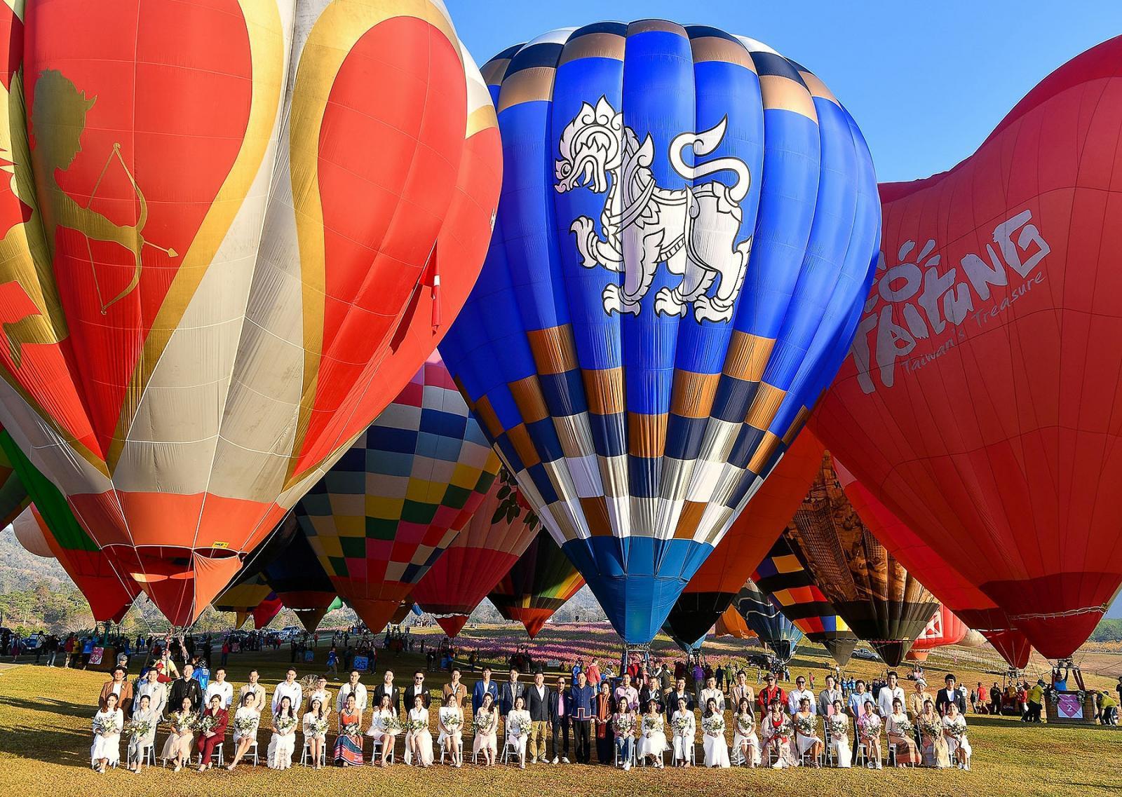 สิงห์ปาร์ค เชียงราย นำ 25 คู่รัก จดทะเบียนสมรสพร้อมบินบอลลูนเต็มฟ้า