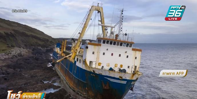 """""""เรือผี"""" ถูกพายุซัดเกยตื้นชายฝั่งไอร์แลนด์"""