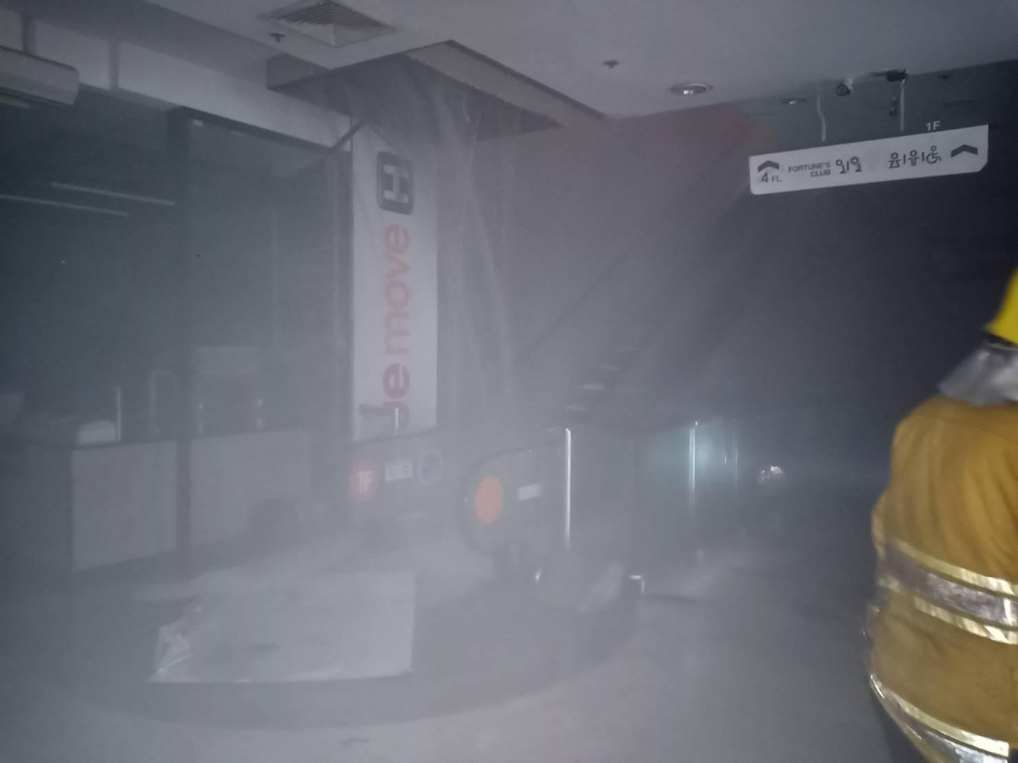 """ควบคุมเพลิงได้แล้ว ไฟไหม้""""ห้างฟอร์จูนฯ"""" ต้นเพลิงจากร้านอาหารชั้น 4 จนท.เร่งระบายควัน"""