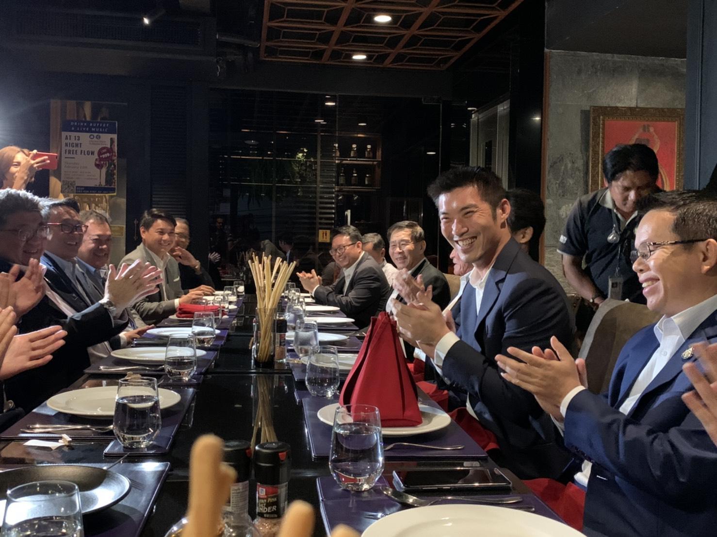 """""""ธนาธร"""" เลี้ยงอาหารค่ำขอบคุณหัวหน้าพรรคร่วมฝ่ายค้าน"""