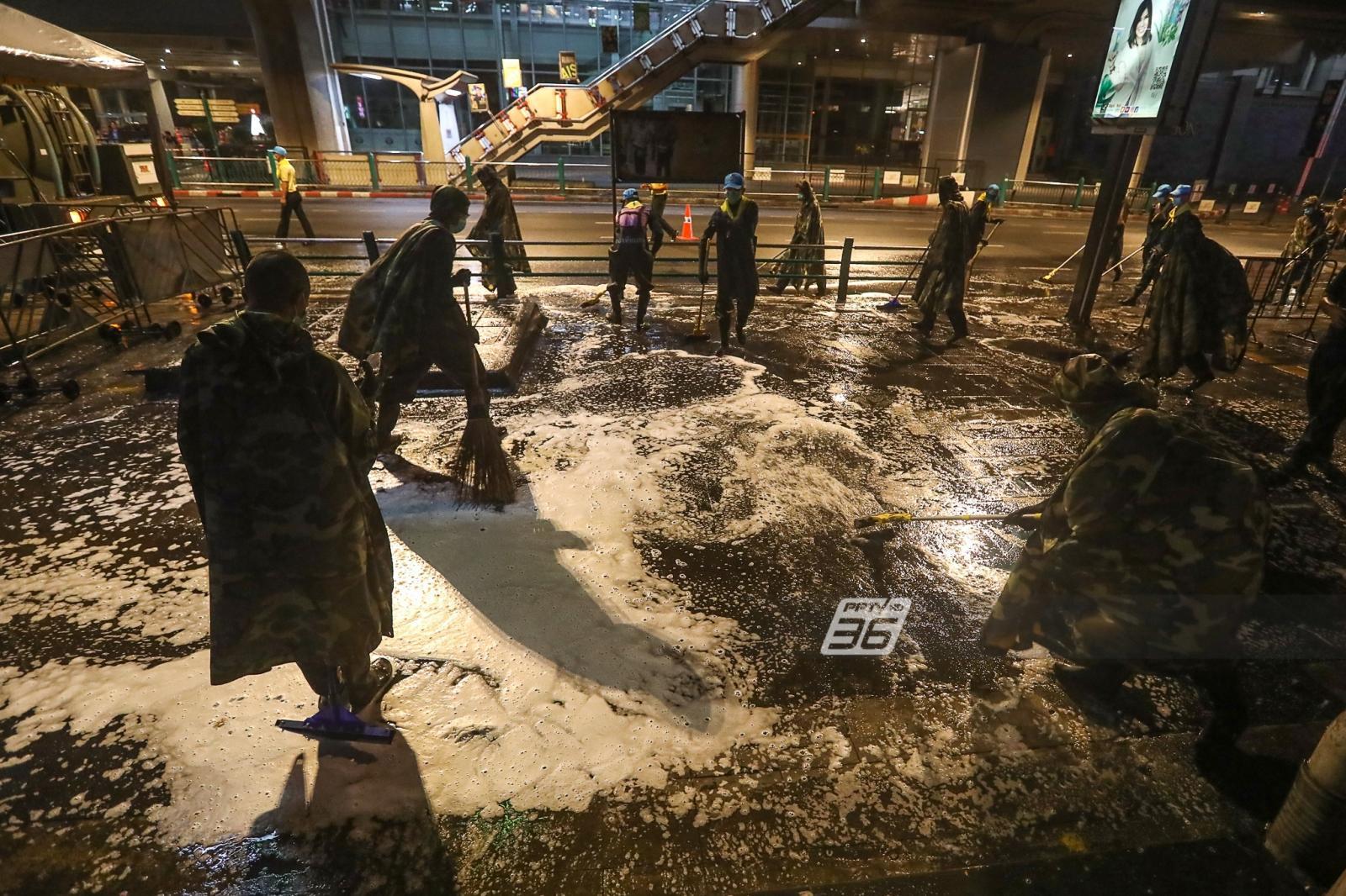 ทหารออกปฏิบัติการ ฉีด พ่น ล้างกรุงฯ สกัดโควิด-19