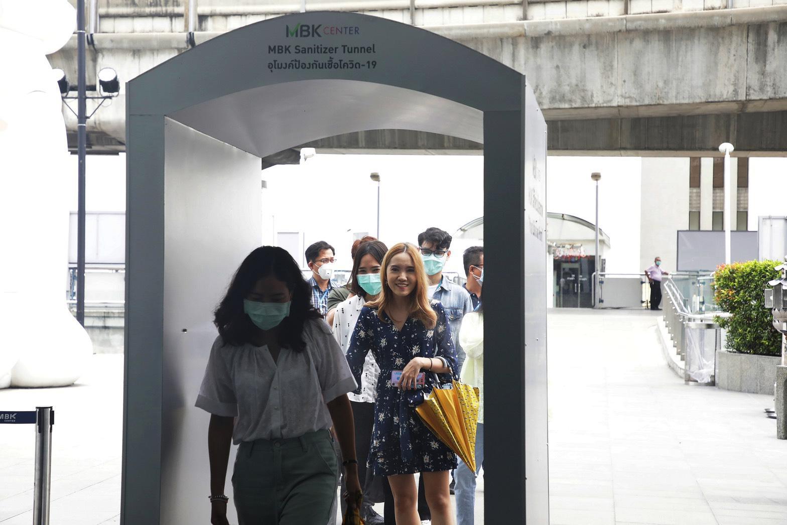 """เอ็ม บี เค เซ็นเตอร์ ติดตั้งอุโมงค์ป้องกันเชื้อโควิด-19 """"MBK Sanitizer Tunnel"""""""