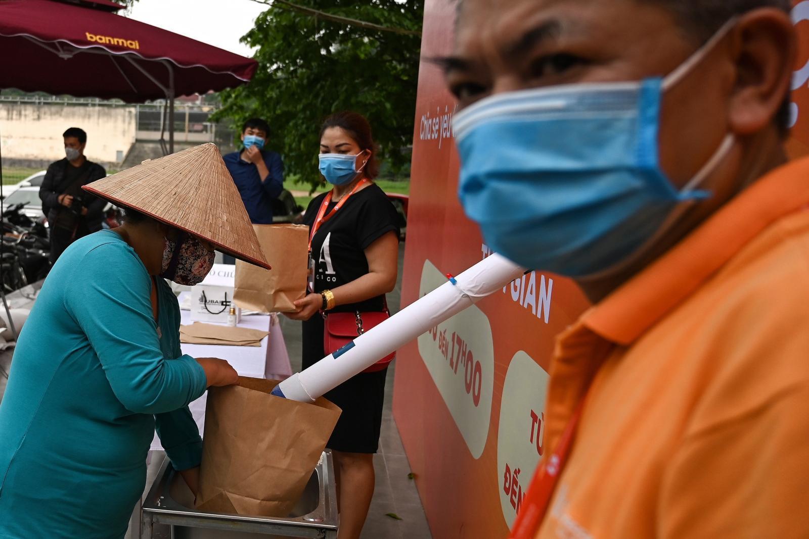 """""""ตู้เอทีเอ็มข้าว"""" ให้ข้าวฟรีสำหรับคนว่างงานในเวียดนามจากวิกฤตโควิด-19"""