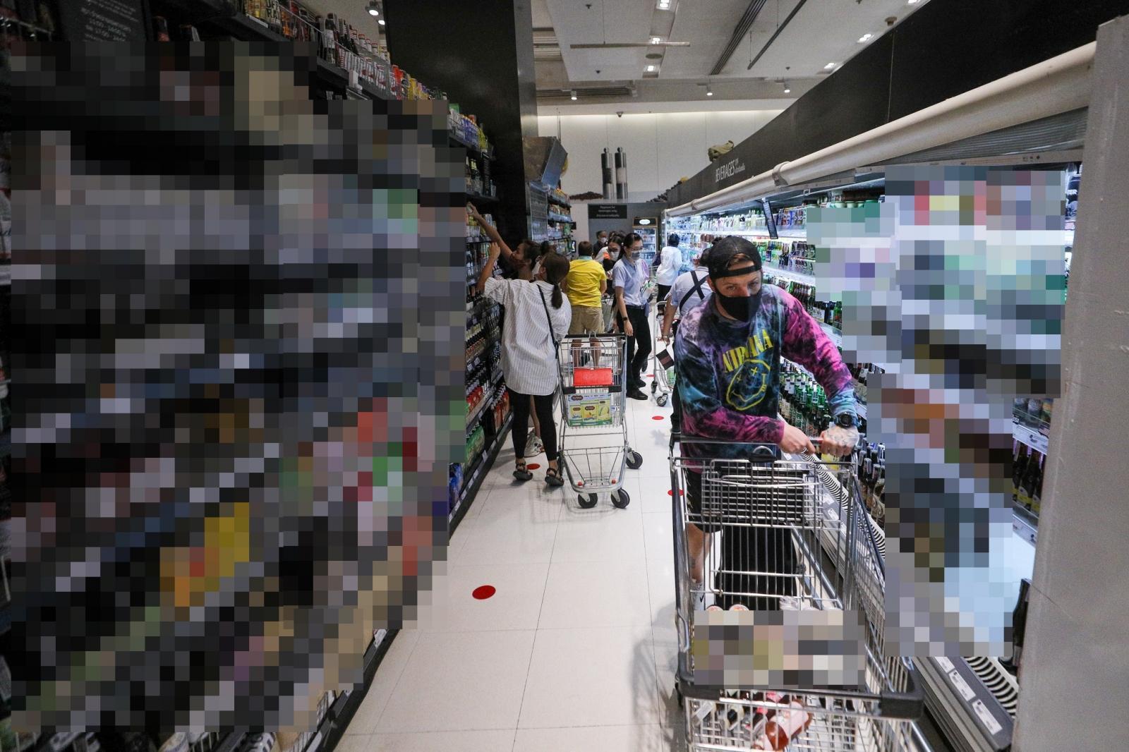 ปชช.ยื้อแย่งซื้อ เหล้า-เบียร์ หลังเปิดขายวันแรก ไม่สนคำเตือนพนง.ห้างฯ
