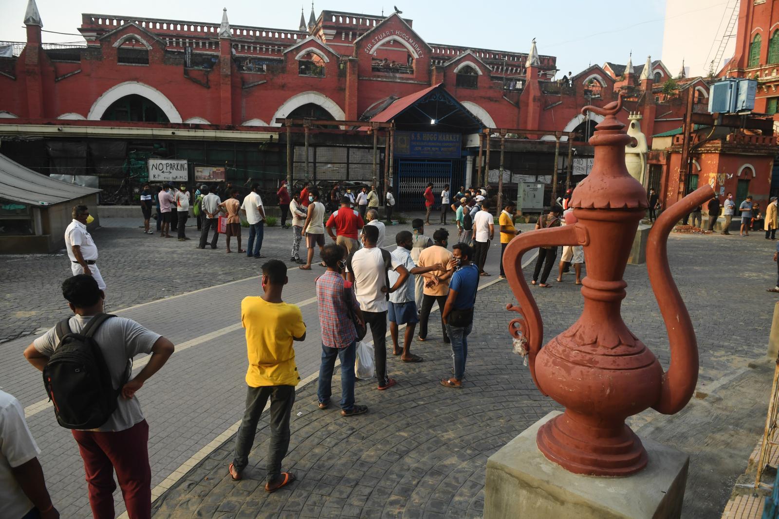 ชาวอินเดีย ต่อแถวซื้อเหล้า-เบียร์ หลังผ่อนล็อกดาวน์