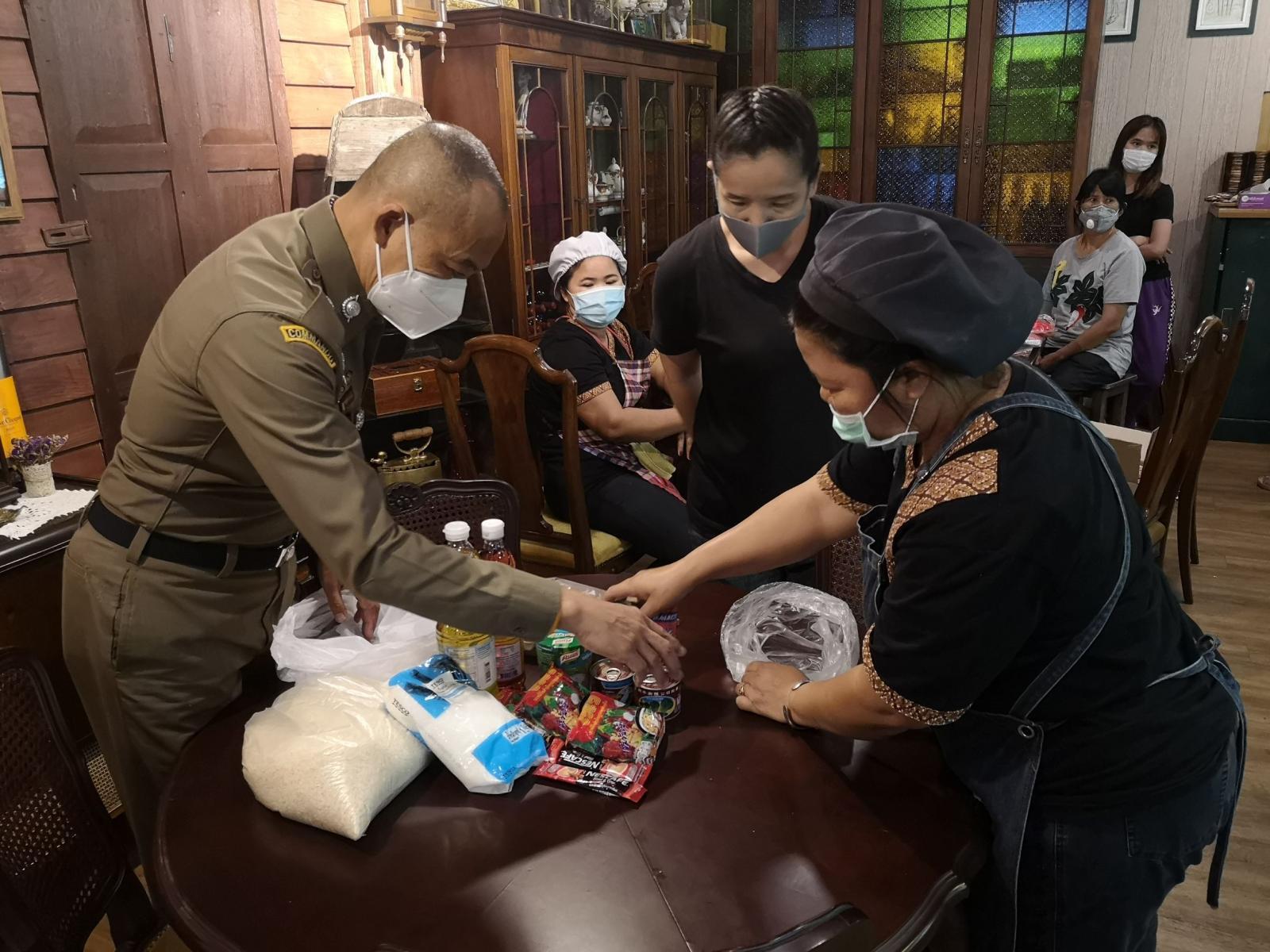 """นักข่าวกองปราบ จับมือ""""รองฯต่อศักดิ์"""" จัดทำถุงพอใจ-พอเพียง ช่วยชาวบ้าน สู้โควิด-19"""