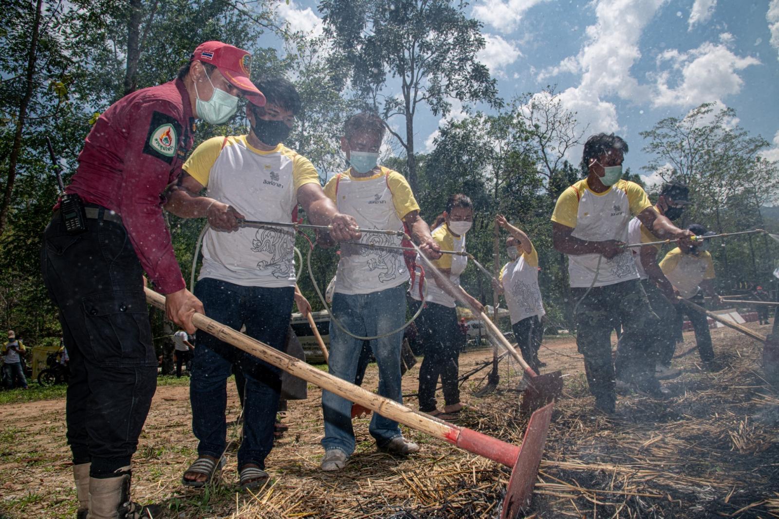 """""""บุญรอด"""" เริ่มแล้ว โครงการแรก """"สิงห์อาสา"""" สู้ไฟป่า เร่งจ้างงานช่วยคนไทยฝ่าวิกฤตเศรษฐกิจ"""