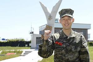 """""""ซน ฮึง-มิน"""" ติดท็อป 5 จบหลักสูตรทหารเตรียมบินกลับลอนดอน"""