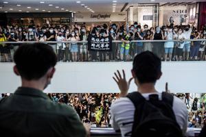 ตำรวจฮ่องกงจับไล่จับแฟลชม็อบต้านจีนกลางห้าง