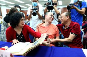 สามีภรรยาชาวจีนได้ลูกชายคืน หลังถูกลักไปขาย 30 ปีก่อน