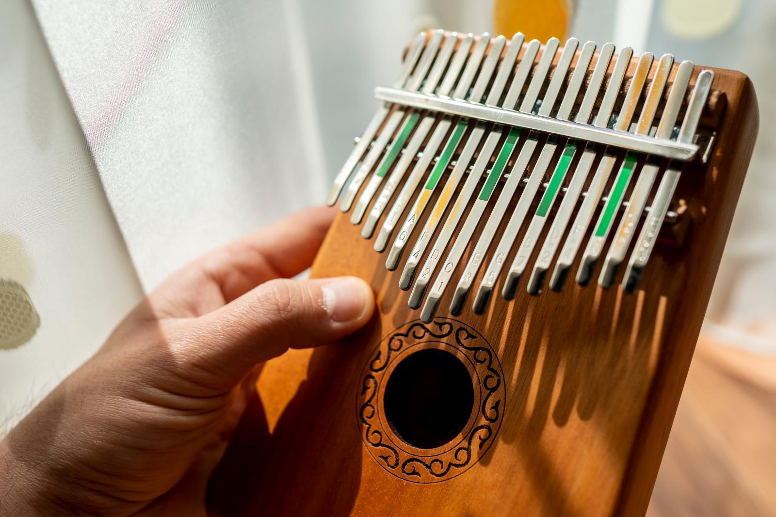 """""""คาลิมบา"""" เครื่องดนตรีสัญชาติซิมบับเว กิจกรรมคลายเหงาช่วงโควิด-19"""
