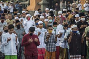 ชาวมุสลิมทั่วโลกฉลองวันตรุษอีดิลฟิตรีท่ามกลางวิกฤตโควิด-19
