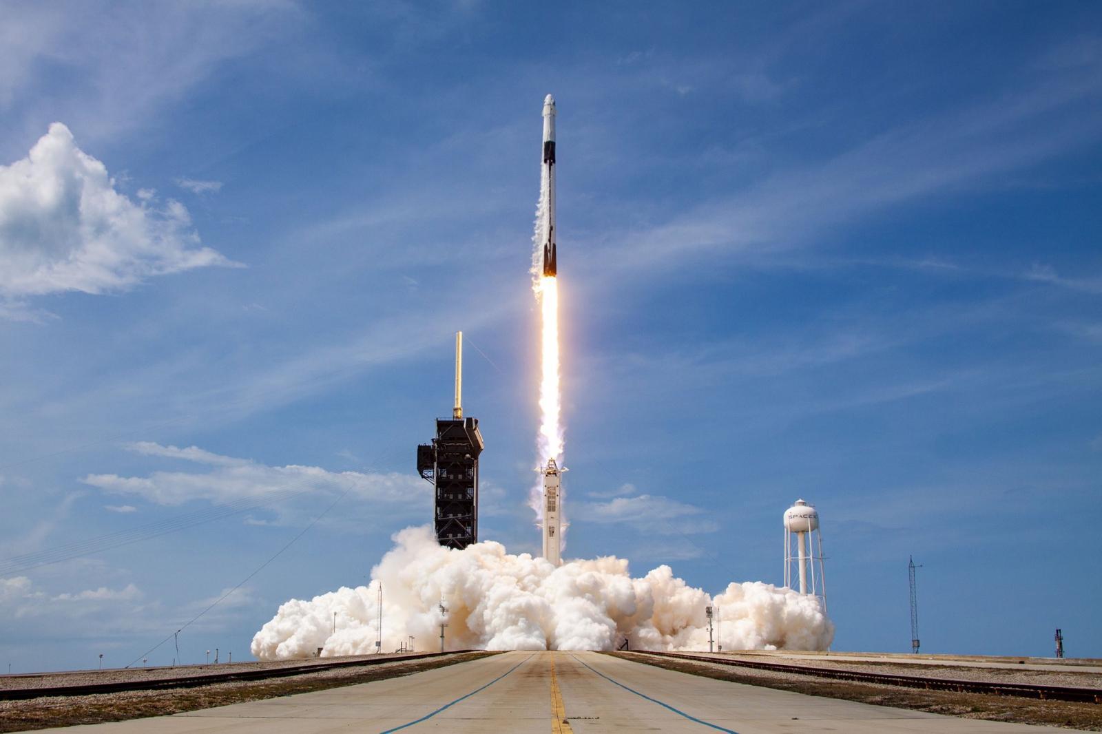 """ถึงแล้ว! แคปซูล SpaceX """"ครูว์ดรากอน"""" จอดเทียบท่าสถานีอวกาศนานาชาติ"""